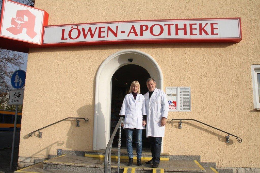 Elke und Werner Glaß vor der Löwen-Apotheke Taucha